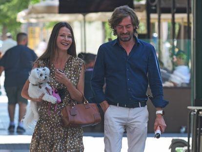 Esther Doña y Santiago Pedraz pasean por una calle de Madrid el pasado 4 de agosto.