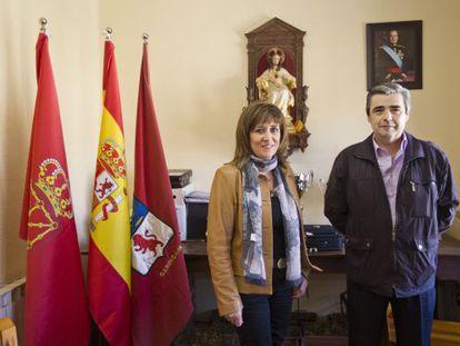 Nieves Ciprés presidenta de DNE y Javier Echarri alcalde de Garínoain en el Ayuntamiento el pasado 15 de mayo.