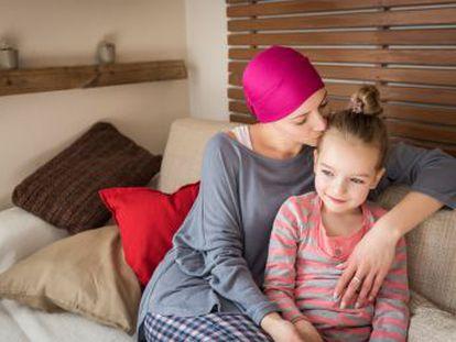 Uno de los retos más difíciles que tienen las pacientes es saber cuándo, cuánto y cómo contarle a sus hijos que convivirán con la enfermedad