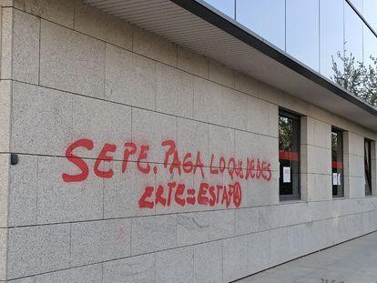 La oficina del SEPE de San Sebastián de los Reyes (Madrid) amaneció el 27 de marzo con una pintada en contra de la gestión de los ERTE.