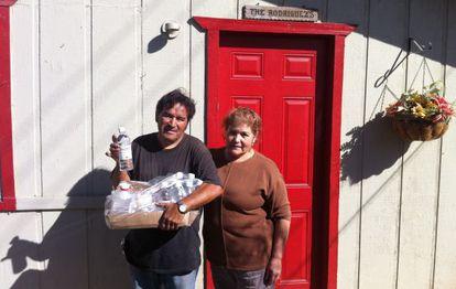 Pete y Berta Rodríguez, el pasado viernes a la puerta de su casa, que abandonaron porque se ha secado su pozo.