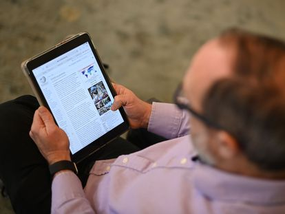 Jimmy Wales, fundador de Wikipedia, consulta un artículo de la enciclopedia en una tableta.