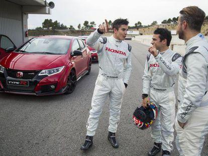 Márquez, Pedrosa y Monteiro, durante la jornada de pruebas con el Honda Civic Type R.