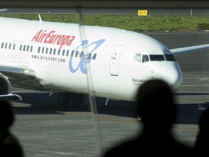 Un avión de Air Europa rueda por la plataforma tras haber aterrizado en el aeropuerto.