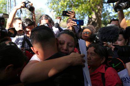 Teodora del Carmen Vasquez abraza a su hijo tras ser excarcelada este jueves en El Salvador.