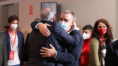 Ángel Gabilondo, de espaldas, y José Manuel Franco se abrazan en la noche electoral del 4-M.