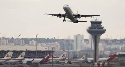 Un avión despega en el aeropuerto de Barajas.