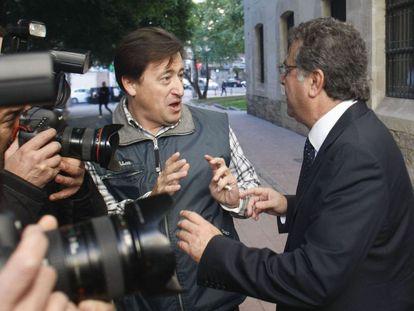 El empresario alicantino Enrique Ortiz ha sido increpado por un ciudadano a su llegada a los juzgados.
