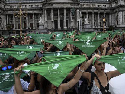 Miles de mujeres realizan un ''pañuelazo' frente al Congreso en Buenos Aires para exigir una ley de aborto legal.