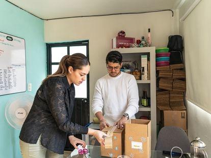 Mariela Sánchez Baca y su novio preparan una entrega a domicilio, en Ciudad de México.