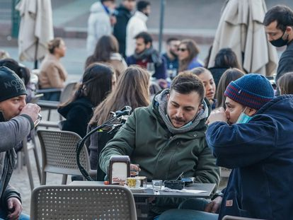 Unos ciudadanos, este jueves, en una terraza de Turín (Italia).