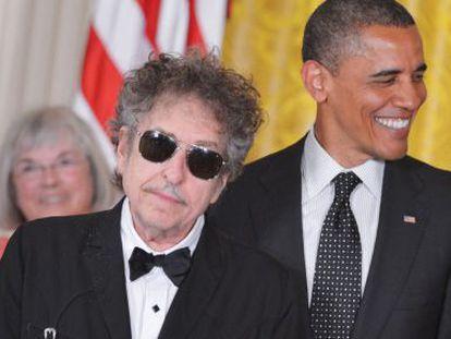 Bob Dylan se coloca delante de Barack Obama para recibir la Medalla a la Libertad.