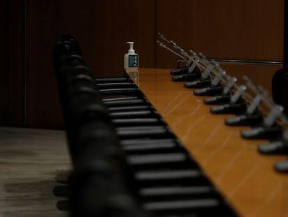 Un gel de manos en una mesa vacía durante la Comisión de Sanidad del Congreso este jueves.