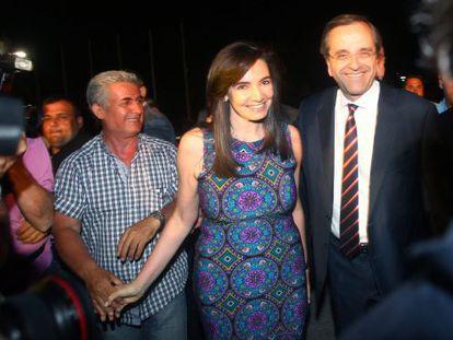 El conservador Samarás con su esposa, Georgia, el domingo.