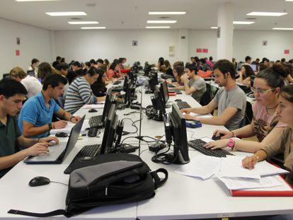 Alumnos de la Universidad de Alicante estudian en una de sus bibliotecas.