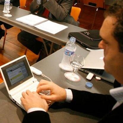 Los internautas convocados por el Ministerio de Cultura han contando el desarrollo de la reunión a través de la página de mensajes Twitter. En la imagen, Jesús Encinar, de Idealista.com, escribe un mensaje en su ordenador contando lo que se dice en la reunión.