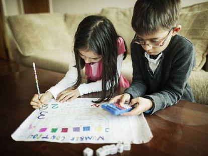 Unos niños aprenden a hacer cuentas con un juego de matemáticas.