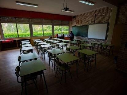 Un profesor, en una clase vacía de un colegio de Aranda de Duero (Burgos) el 17 de abril.