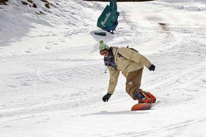 Un joven practica<i> snowboard</i> en la estación de Masella.