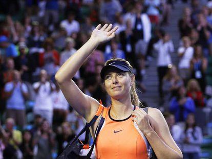 Sharapova saluda a la grada tras perder en Australia el pasado mes de enero.