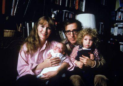 Ronan Farrow, en brazos de Woody Allen y junto a su madre Mia y su hermana Dylan.