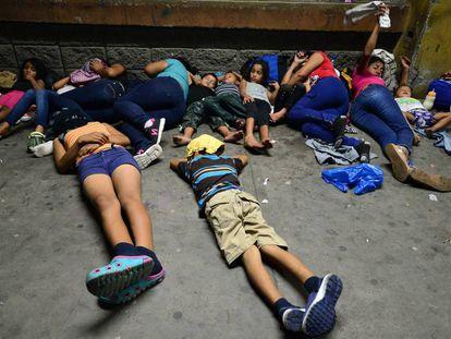 Familias duermen en las calles de San Pedro Sula esperando para viajar dirección EE UU.