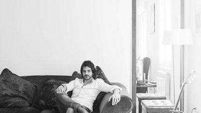 """Juan Habichuela Nieto posa con su guitarra, de la que sale desde el jazz a música clásica, que es """"donde está la raíz pura""""."""
