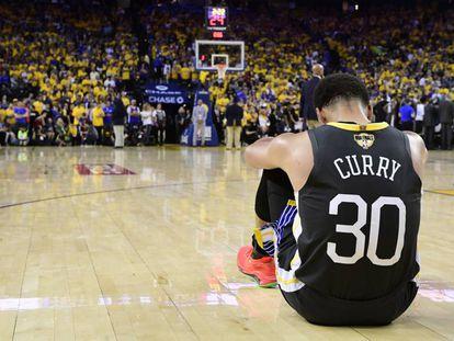 Stephen Curry se lamenta sobre la pista