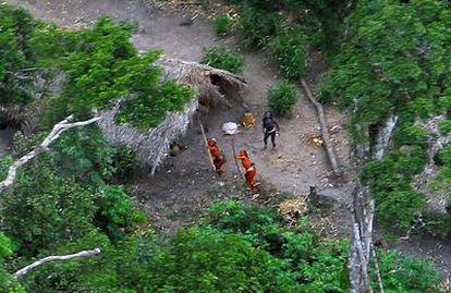 Indígenas aislados en la selva del Amazonas lanzando flechas al helicóptero de la expedición de la Fundación Nacional de Indígena de brasilk (FUNAI) que tomó el imagen en 2008