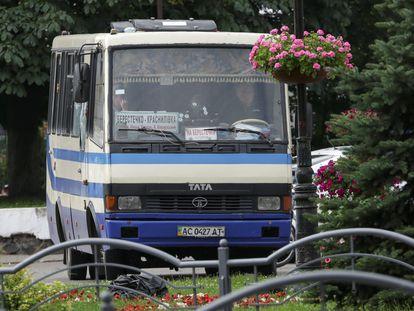 El autobús secuestrado recorre con agujeros de bala la ciudad ucraniana de Lutsk, este martes.