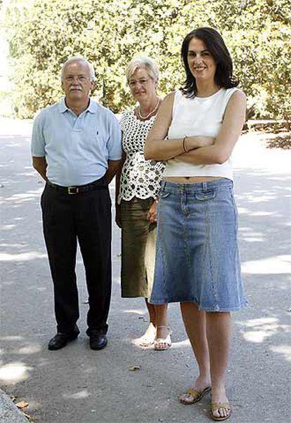 Laura García Alzaya, que mide 1,82, con sus padres, Rita y Martín.