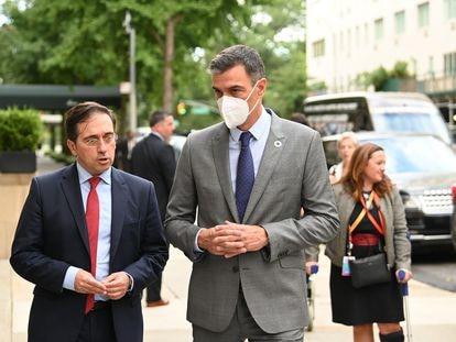 El presidente del Gobierno, Pedro Sánchez, y el ministro de Exteriores, José Manuel Albares, este miércoles en Nueva York.