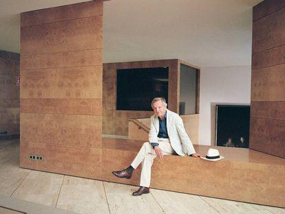 Rafael Moneo posa para ICON DESIGN en el vestíbulo del edificio Bankinter de 1976, que proyectó con Ramón Bescós en Madrid. |