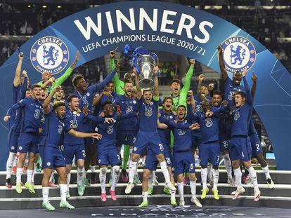 Los jugadores del Chelsea celebran la conquista de la Champions, con su capitán, César Azpilicueta, alzando el trofeo de los campeones.