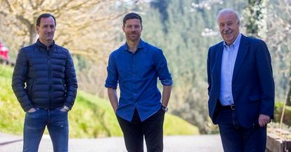 Etxeberria, Alonso y Del Bosque posan durante el encuentro. / J. H.