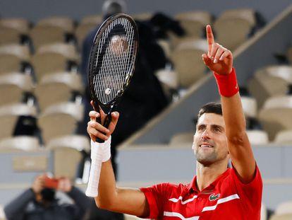 Djokovic celebra su victoria contra Tsitsipas en París.