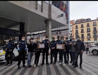 Un grupo de chinos regala material a los agentes de la comisaría de la plaza de los cines Luna.