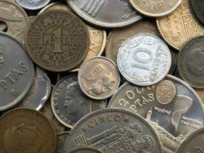 Pesetas en monedas de distinto valor.