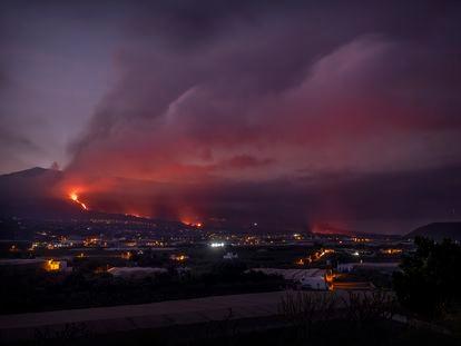 El volcán en Cumbre Vieja visto desde Los Llanos de Aridane, La Palma.