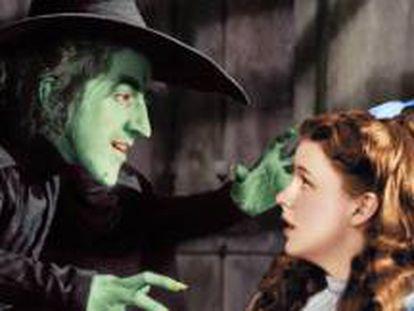 Margaret Hamilton y Judy Garland en El mago de Oz, de Victor Fleming.