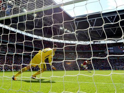 Giroud ejecuta ante Courtois el penalti que le dio la victoria al Arsenal.