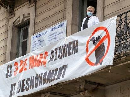 Protesta contra el desahucio de una residencia geriátrica en Barcelona, esta semana.