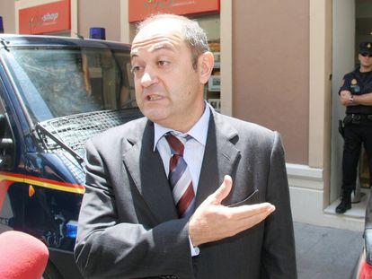 Jesús Ruiz, presidente de la inmobiliaria Aifos, habla con los periodistas durante el registro policial en Málaga con motivo del 'caso Malaya', en 2006.