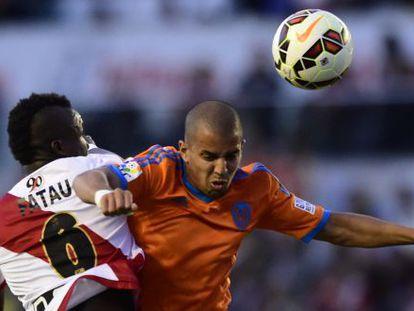 Feghouli y Fatau luchan por un balón.