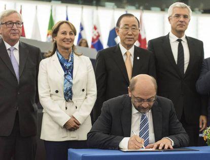 El presidente del Parlamento Europeo, Martin Schulz, ratifica el acuerdo de París sobre cambio climático en el Parlamento Europeo.