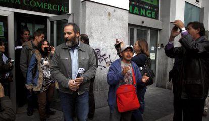 Los activistas abandonan su encierro en la sede de Bankia en Gran Vía.