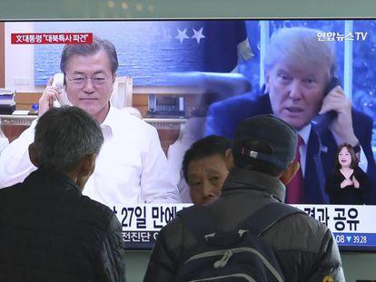 En la televisión, una conversación telefónica entre Donald Trump y el presidente de Corea del Sur, Moon Jae-in, en la estación de trenes de Seúl, la semana pasada