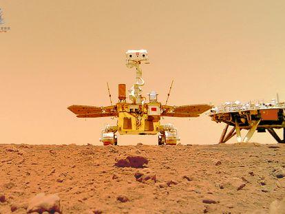 El robot explorador 'Zhurong' y la plataforma de amartizaje 'Tianwen', en la superficie de Marte en una imagen de la agencia espacial asiática (CNSA).
