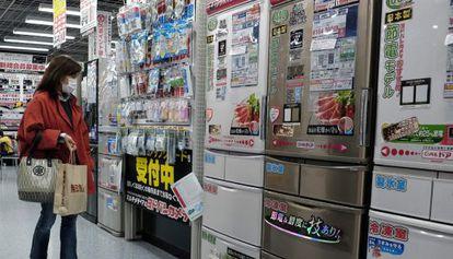 Una mujer observa frigoríficos en un comercio de Tokio (Japón).