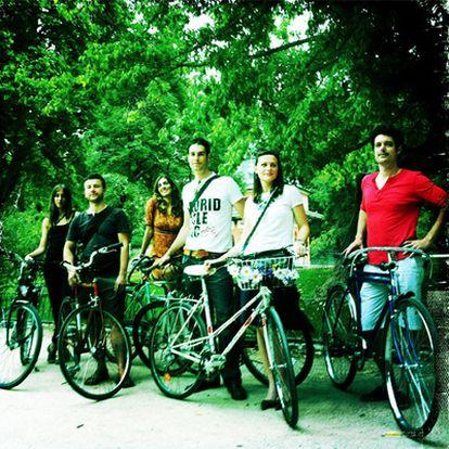 Un grupo de retrociclistas en un parque de Madrid.